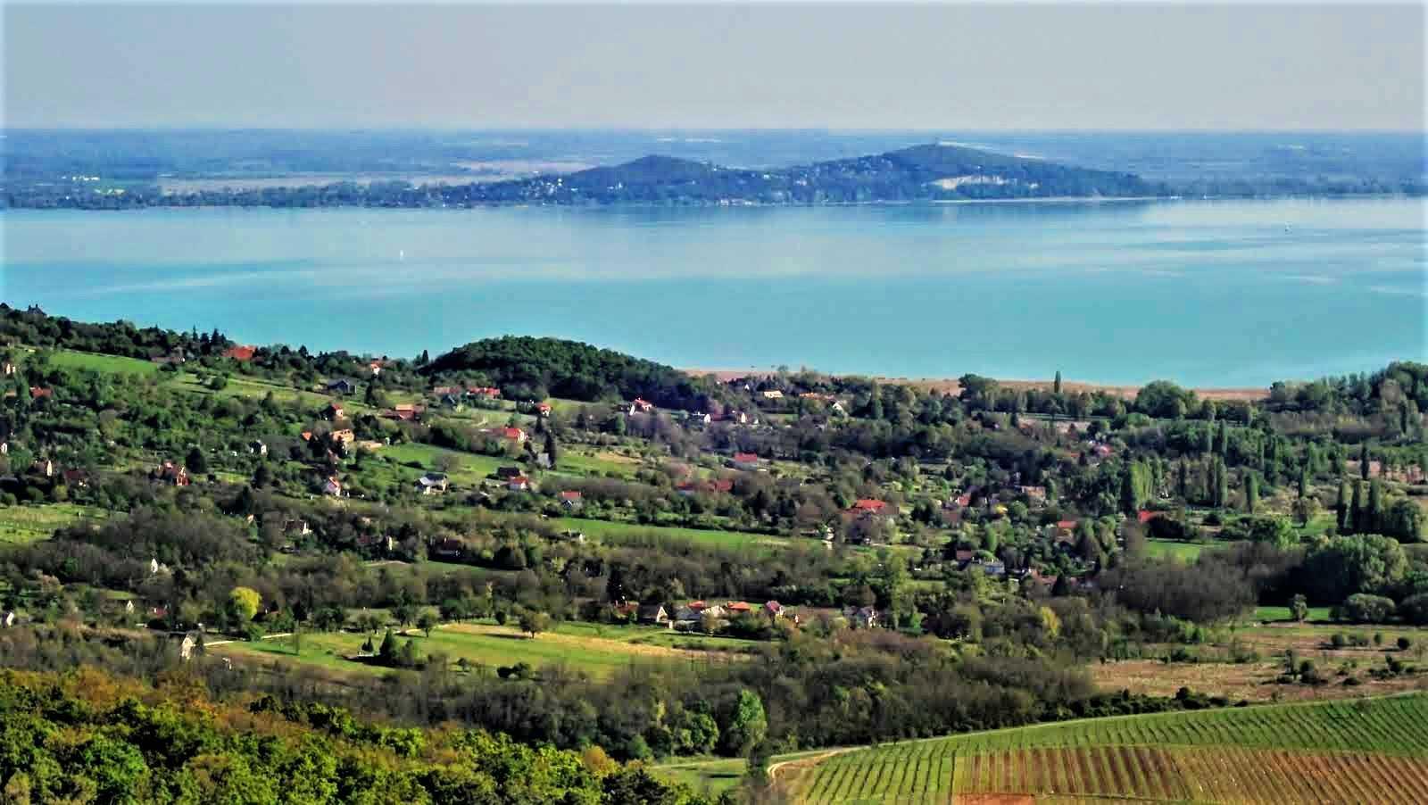 Látkép a Tóti-hegyről a Balaton felé